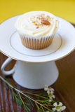 Καρότο cupcake στη στάση φλυτζανών τσαγιού Στοκ εικόνα με δικαίωμα ελεύθερης χρήσης