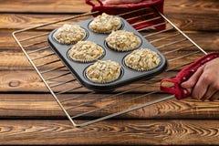 Καρότο cupcakes με το λεμόνι και το μήλο, αμύγδαλα στο ξύλινο υπόβαθρο, ακατέργαστη μορφή σιλικόνης σε ένα φύλλο ψησίματος Στοκ Εικόνα
