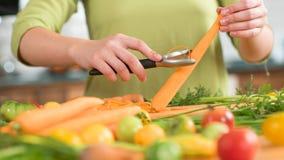 καρότων μαχαίρι χεριών που τεμαχίζεται τέμνον στοκ φωτογραφία