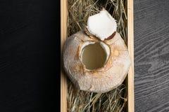 Καρύδα με το γάλα κοκοφοινίκων στο σανό Στοκ εικόνες με δικαίωμα ελεύθερης χρήσης