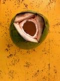 Καρύδα που απομονώνεται στο πορτοκαλί υπόβαθρο στοκ εικόνα