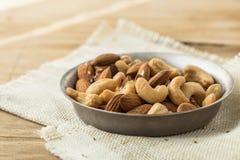 Καρύδια αμυγδάλων στο ξύλινο κύπελλο Υπόβαθρο μιγμάτων τροφίμων, κατάταξη των καρυδιών - το δυτικό ανακάρδιο, αμύγδαλα στοκ εικόνες με δικαίωμα ελεύθερης χρήσης