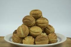 Καρύδια μπισκότων με το συμπυκνωμένο γάλα στοκ φωτογραφίες
