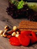 Καρύδια, ξηροί καρποί και πράσινα, ξηροί, ψωμί, κροτίδες, μπισκότο, τραγανό στοκ εικόνα