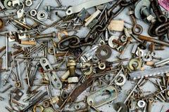 Καρύδια, πλυντήρια, μπουλόνια, βίδες των διάφορων μεγεθών και των μορφών πέρα από το σαφές υπόβαθρο Ένα σύνολο για το μηχανικό στοκ φωτογραφίες