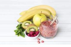 Καρύδια σμέουρων μαϊντανού της Apple ακτινίδιων μπανανών καταφερτζήδων επιδορπίων μούρων για το πρόγευμα Στοκ Φωτογραφίες
