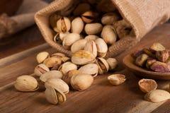 Καρύδια φυστικιών που ανατρέπονται από μια Burlap τσάντα στοκ εικόνες με δικαίωμα ελεύθερης χρήσης
