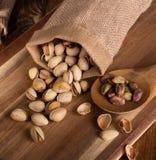Καρύδια φυστικιών που ανατρέπονται από μια Burlap τσάντα στοκ φωτογραφία με δικαίωμα ελεύθερης χρήσης