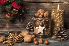 Καρύδια Χριστουγέννων με την αγροτική ρύθμιση Στοκ Εικόνες