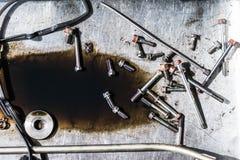 Καρύδι μπουλονιών της μηχανής αυτοκινήτων στο πιάτο χάλυβα Στοκ φωτογραφίες με δικαίωμα ελεύθερης χρήσης