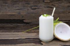 Καρύδων υγιής υψηλός ποτών μίγματος χυμού φρούτων καταφερτζήδων άσπρος milkshake - πρωτεΐνη στοκ εικόνες
