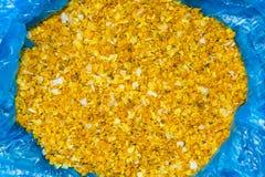 Καρύκευμα από τις τεμαχισμένες κίτρινες ντομάτες με το μαύρο πιπέρι στο μπλε σελοφάν Στοκ φωτογραφία με δικαίωμα ελεύθερης χρήσης