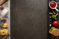 Καρύκευμα και χορτάρι στον πίνακα Στοκ εικόνες με δικαίωμα ελεύθερης χρήσης
