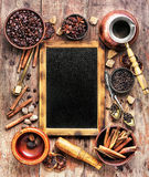 Καρύκευμα καφέ και πίνακας κιμωλίας Στοκ Φωτογραφία