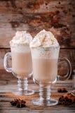 Καρύκευμα κολοκύθας latte με την κτυπημένες κρέμα και την κανέλα στοκ φωτογραφίες