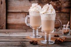 Καρύκευμα κολοκύθας latte με την κτυπημένες κρέμα και την κανέλα στοκ εικόνα με δικαίωμα ελεύθερης χρήσης