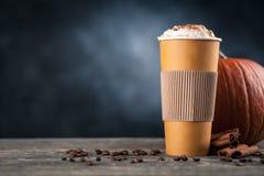 Καρύκευμα κολοκύθας latte σε ένα φλυτζάνι εγγράφου Στοκ Φωτογραφίες