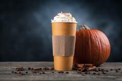 Καρύκευμα κολοκύθας latte σε ένα φλυτζάνι εγγράφου Στοκ φωτογραφία με δικαίωμα ελεύθερης χρήσης