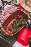 Καρύκευμα σχαρών από το μαϊντανό και την κόκκινη σάλτσα Εκλεκτική εστίαση Στοκ Εικόνες