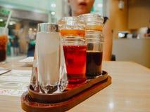 Καρύκευση στα μπουκάλια στο εστιατόριο στοκ φωτογραφίες
