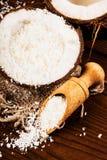 Καρύδα και τσιπ καρύδων σε ένα ξύλινο υπόβαθρο Στοκ Φωτογραφίες