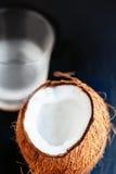 Καρύδα με το νερό καρύδων σε ένα γυαλί Γάλα καρύδων $cu καρυδιών κοκοφοινίκων Στοκ φωτογραφία με δικαίωμα ελεύθερης χρήσης
