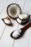 Καρύδα με το πετρέλαιο καρύδων στοκ εικόνες με δικαίωμα ελεύθερης χρήσης
