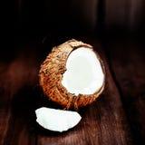Καρύδα πέρα από το σκοτεινό υπόβαθρο Κλείστε επάνω του καρυδιού κοκοφοινίκων σε ένα ξύλινο τ Στοκ εικόνες με δικαίωμα ελεύθερης χρήσης