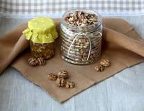 Καρύδια και μέλι Στοκ φωτογραφία με δικαίωμα ελεύθερης χρήσης