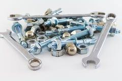 Καρύδια - και - χάλυβας μπουλονιών και εργαλείων κλειδιών γαλλικών κλειδιών στο άσπρο υπόβαθρο Στοκ Φωτογραφίες