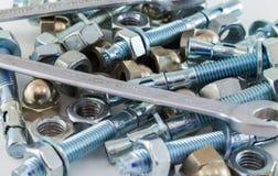 Καρύδια - και - χάλυβας μπουλονιών και εργαλείων κλειδιών γαλλικών κλειδιών στο άσπρο υπόβαθρο Στοκ φωτογραφία με δικαίωμα ελεύθερης χρήσης