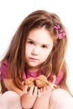 καρύδια λαβής κοριτσιών Στοκ φωτογραφίες με δικαίωμα ελεύθερης χρήσης