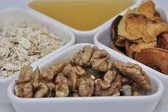 Καρύδια, μέλι, oatmeal και ξηρός - φρούτα για τη διατροφή Στοκ φωτογραφία με δικαίωμα ελεύθερης χρήσης
