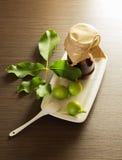 Καρύδια μαρμελάδας βάζων στο άσπρα κεραμικά πιάτο και το κουτάλι Στοκ φωτογραφίες με δικαίωμα ελεύθερης χρήσης