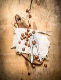 Καρύδια με τον καρυοθραύστης και το κοχύλι Στοκ εικόνα με δικαίωμα ελεύθερης χρήσης