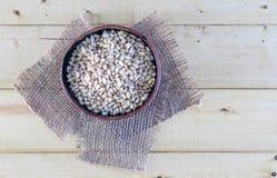 Καρύδια πεύκων στο κύπελλο αγγειοπλαστικής στο αγροτικό υπόβαθρο Στοκ φωτογραφία με δικαίωμα ελεύθερης χρήσης
