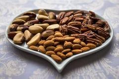 Καρύδια σε ένα πιάτο καρδιών Στοκ φωτογραφίες με δικαίωμα ελεύθερης χρήσης