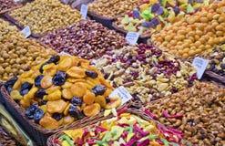 Καρύδια στην αγορά - εκλεκτική εστίαση Στοκ Εικόνες