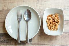 Καρύδια των δυτικών ανακαρδίων στο πιάτο στοκ εικόνες