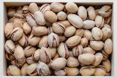 Καρύδια φυστικιών σε ένα κοχύλι, αλμυρός, που ψήνεται σε ένα ξύλινο κιβώτιο στοκ φωτογραφία με δικαίωμα ελεύθερης χρήσης