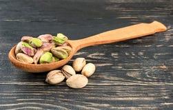 Καρύδια φυστικιών χωρίς κοχύλι στο κουτάλι Στοκ Φωτογραφίες