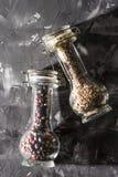 Καρδάμωμο και μίγμα των καρυκευμάτων δημητριακών πιπεριών στο γυαλί Στοκ εικόνες με δικαίωμα ελεύθερης χρήσης