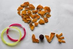 Καρδιά, αγάπη λέξης και δύο δαχτυλίδια Στοκ Εικόνες