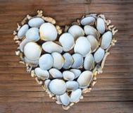 Καρδιά από τα άσπρα κοράλλια και τα κοχύλια στο ξύλινο υπόβαθρο Θαλάσσια καρδιά Στοκ εικόνες με δικαίωμα ελεύθερης χρήσης
