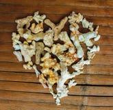 Καρδιά από τα άσπρα κοράλλια στο ξύλινο υπόβαθρο Εκλεκτής ποιότητας ντεκόρ αγάπης από την εύρεση παραλιών Στοκ Φωτογραφία