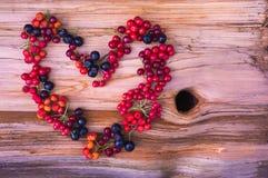 Καρδιά από τα διάφορα μούρα Στοκ Εικόνες