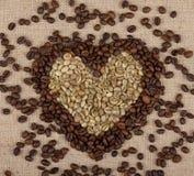 Καρδιά από τα πράσινα και καφετιά φασόλια καφέ στοκ φωτογραφίες