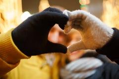 Καρδιά από τα χέρια που αγαπούν το ζεύγος Στοκ φωτογραφία με δικαίωμα ελεύθερης χρήσης