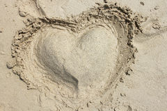 Καρδιά από την άμμο σε μια παραλία Στοκ Εικόνες
