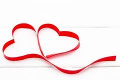 Καρδιά από την κόκκινη κορδέλλα στο άσπρο ξύλινο υπόβαθρο στοκ εικόνα με δικαίωμα ελεύθερης χρήσης